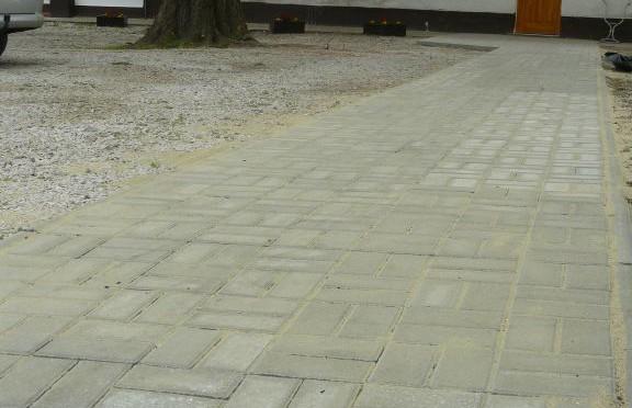 Elkészült a templomot a Lelkészi Hivatallal összekötő térköves járda