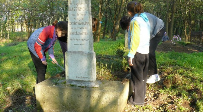 A temetőben tevékenykedtek önkénteseink