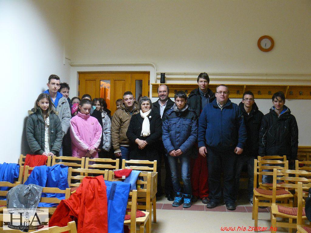 A megjelent önkéntesek egy gyülekezeti alkalom után vették át a ruhákat