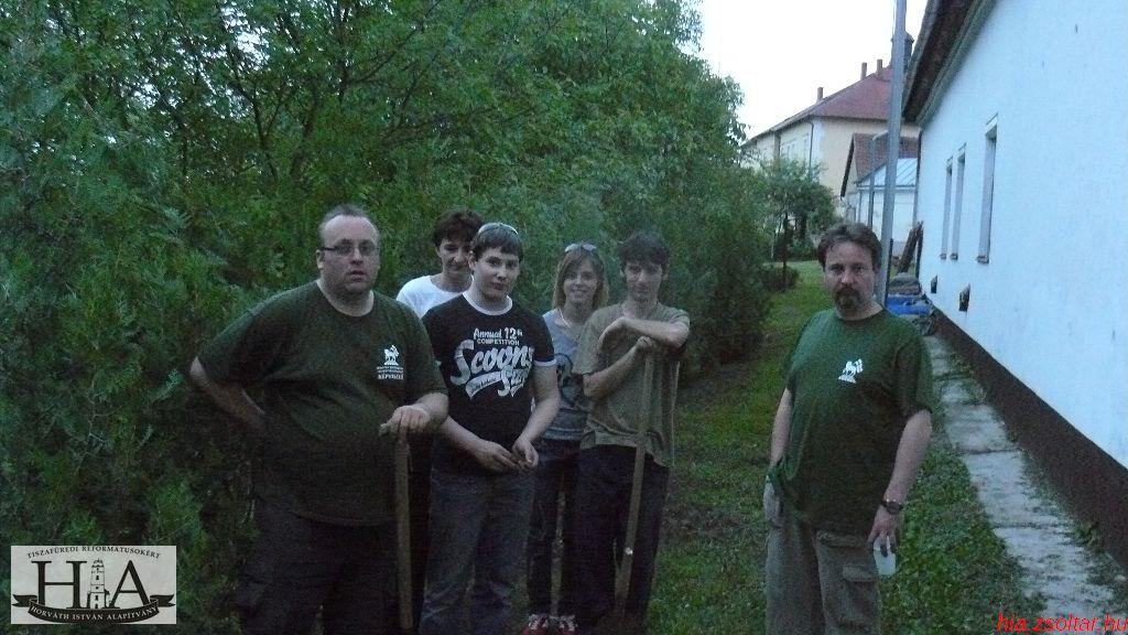Adomány tujákat ültettek a HIA önkéntesei